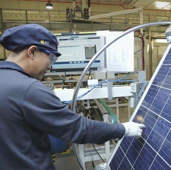 Jedes REC-Modul wird vor dem Verlassen der Fabrik einer detaillierten Prüfung unterzogen.